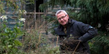 Cover van het boek Van madeliefje tot Sequoiadendron, tuinchef Eddy Avanture poseert met tuingereedschap in de hand tussen de bloeiende herfstborders in de tuin van Arboretum Kalmthout.